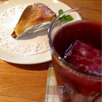 グランジュテ - 料理写真:洋ナシのタルトとぶどうジュース (2014.10現在)