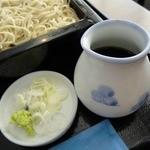 川越 藪蕎麦 - そばつゆは濃いめのしっかりしたもの。量もかなり多めに入っています