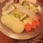 鯔背屋 - お鍋に野菜と割りしたがセッティング済み