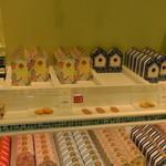 ガトゥ デ クロシェット - 各種クッキーの陳列棚