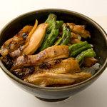 吉 - 「焼鳥丼」(700円)。シメに食べたい一品。