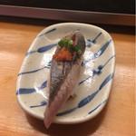 は満寿司 - 単品、秋刀魚の炙り握りを酢橘で