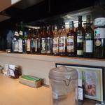 SURAJ - カウンターの上に並んでいる、キープされているらしいボトル