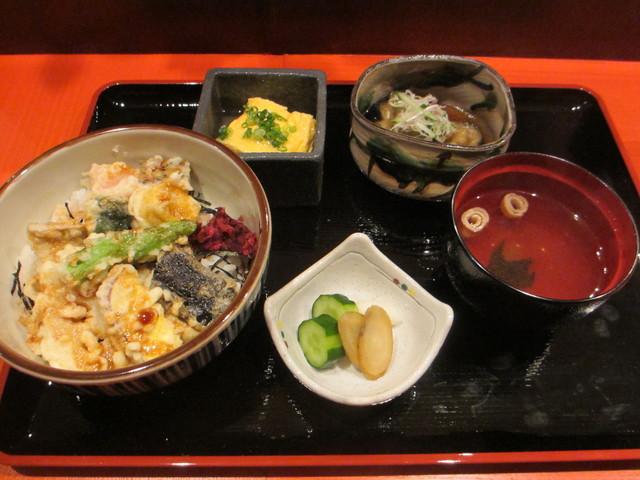 瓢箪坂 おいしんぼ - 生麩と季節野菜の天丼、茄子煮浸し、出し巻き玉子、香の物、お吸い物