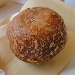 ボナペティ - 料理写真:綾瀬カレーパン 191円 大久保商店×ボナペティとのコラボパン。地元の豚肉がゴロっと入っていて美味しい。人気№1です。必ず買います。