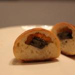 イトキト - エスカルゴのパン 断面 ちっちゃいのがひっと粒はいってます