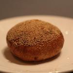 イトキト - 芥子のみたっぷりのオレンジ餡パン パンは硬いけどアンはおいしい