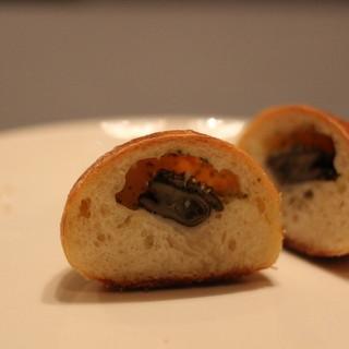イトキト - 料理写真:エスカルゴのパン 断面 ちっちゃいのがひっと粒はいってます