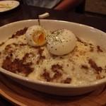 The 鉄板 - ひき肉とチーズ,ゆで玉子がのった焼きカレー。