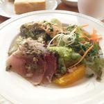アンベルテンポ - 日替わりランチのサラダ パスタとパンもセットで900円 byお店