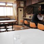 とろく黒亭 - カウンター席・テーブル席・1卓のみの小上がりがあります。