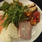ソリダーレ - 前菜盛合せ(茶美豚のパテ、大根のオレガノ風マリネ、水牛モツァレラとプチトマト、サーモン)
