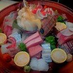 料理処 いなみ - お造り盛り合わせ。築地市場で厳選した'旬魚'をお楽しみください。