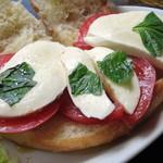 カフェ コチ - フォカッチャサンド≪トマトとモッツァレラチーズ≫(中はこんな感じ、2014年9月)