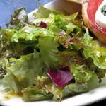 カフェ コチ - フォカッチャサンド≪トマトとモッツァレラチーズ≫(付け合わせのサラダ、2014年9月)