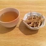 31678142 - 仙台市太白区の蕎麦屋の喜蕎で昼食。                       つけ出しのそば茶とそばチップ。