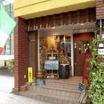 ピッツェリア デ ナプレ - ピッツェリア「ナプレ」。入口脇に積まれた薪が印象的