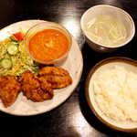 キッチン プラス1 - ミックスセット(ラッシー付¥1000)。アジアンカレーと唐揚げのセット