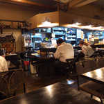 キッチン プラス1 - 店内はなかなか良い感じ。NHKラジオ「昼のいこい」が静かに流れる