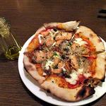 マイアリーノ - サーモンときのこのピッツァ(唐辛子オイルが添えられてきます)(2014年10月)