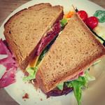 31691043 - ライ麦パンのパストラミサンド+チーズ