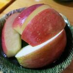 つぶ食いしもと - デザートのリンゴも瑞々しくて美味しい。