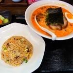 麺屋黒田 - ラーメンチャーハンセット 950円(赤ラーメン)