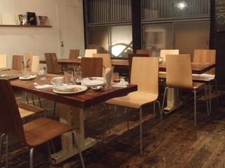 カフェ ソース - 奥の席。広々としています