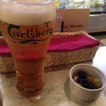 31701232 - 乾杯のビールとお通し?のオリーブ。ビールでかっ!!