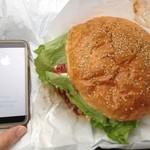 31701350 - 【十勝チーズバーガー:アメリカンサイズ1020円】iPhone5sとの比較
