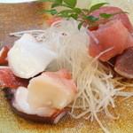 浜作 - オツマミ2品目は「マグロぶつとタコぶつの盛り合わせ」650円!