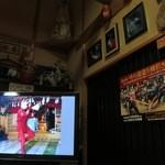 丸西屋 - テレビで町の祭りをやっています。