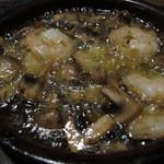SALVATORE CUOMO & BAR - 海老とマッシュルームの熱々!アヒージョ ¥860-