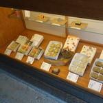 五十鈴茶屋 - いろいろ並んでいます