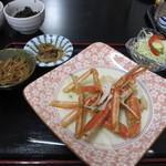 元祖びっくりかにや - 最初からテーブルに配置されてたのは蟹とサラダと小鉢が二つ、これでランチの完成です。