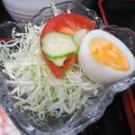 元祖びっくりかにや - ランチのサラダはゆで卵の乗ったミニサラダ、先ずはこれから口に運びました。