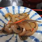 元祖びっくりかにや - 小鉢の一個目はイカを使った小鉢、醤油が絡ませてあったんでご飯が進みました