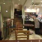 ドトールコーヒーショップ - 2014/10 1階:正面が2階の喫煙席への階段、左手が地下禁煙席への階段