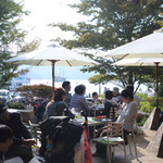 ラ・テラッツァ 芦ノ湖 - テラス席テーブルは全部で7~8つです。