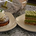 スイートキッチン アナナス - 奥のお店の名前シールを添付してあるものが、チョコレートケーキ150円