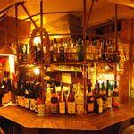 うみんちゅぬ やまんちゅぬ - カウンターにずらっと並ぶお酒もすべて飲めます!