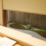 ふきあげ - 一階のカウンターも白木でキリリ。