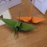 ダヤンカフェ - 備付けの折り紙で鶴を折る