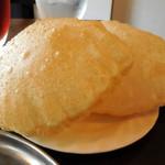 デヴィ ダバ - ...ライスと揚げパン、おかわり自由(無料)!風船のような中身が中空の揚げパンです★
