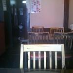 同福居 - 1階はテーブル席です。