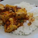 味楽菜館 - ライスに四川麻婆豆腐をオン