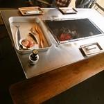 喰い処 鮭番屋 - テーブルに炭がセットされてます