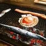 喰い処 鮭番屋 - お店のおばちゃんが焼いてくれます