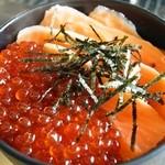 喰い処 鮭番屋 - 鮭の親子丼(中)