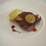 31756893 - メイン 牛のステーキ、香草入りペーストのせ、ローストポテト添え